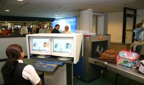 Retirar cosas de la valija para pasar el control del aeropuerto podría tener los días contados