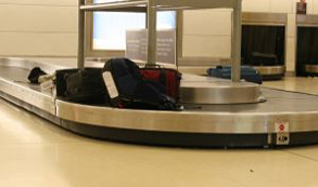 Maleteros de aeropuerto en EE.UU. son acusados de idear un plan para traficar drogas