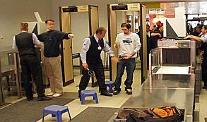Un panel de informacion de un aeropuertoUna cantante brasileña se quita la ropa en el aeropuerto