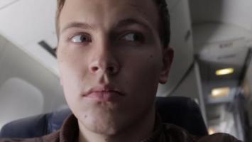 Joven es arrestado por hacer una broma en un avión