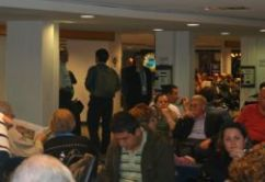 pasajeros en sala de espera