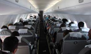 Mujer es grabada secando su pequeña tanga en pleno vuelo y a vista de todos los pasajeros