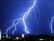tormenta electrica ciudad rayo
