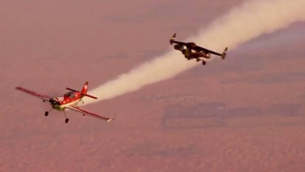 Jetman vuelve a sorprender con arriesgado vuelo paralelo con un avión