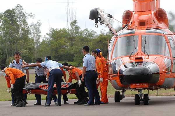 Recuperan seis cuerpos más del avión accidentado de AirAsia
