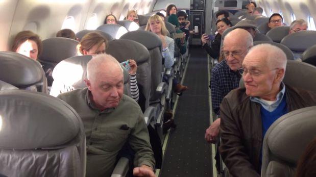 YouTube: adultos mayores entonan hermosa melodía en avión
