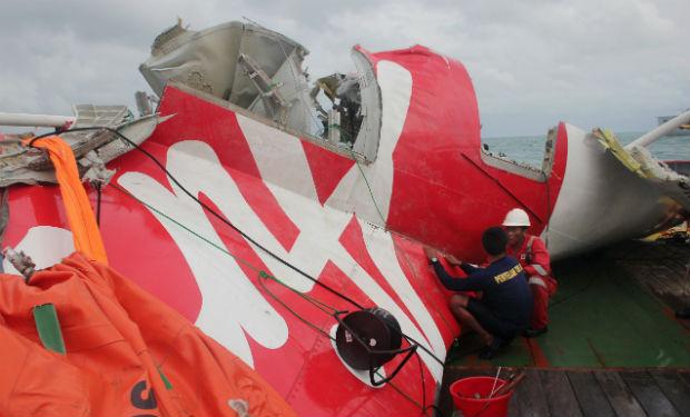Recuperan fuselaje del avión de AirAsia accidentado en Indonesia