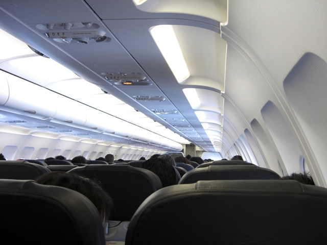 Una línea aérea obligó a sus pasajeros a volar con un cadáver tendido en el pasillo