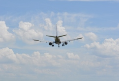 avion-volando-cielo-neutro