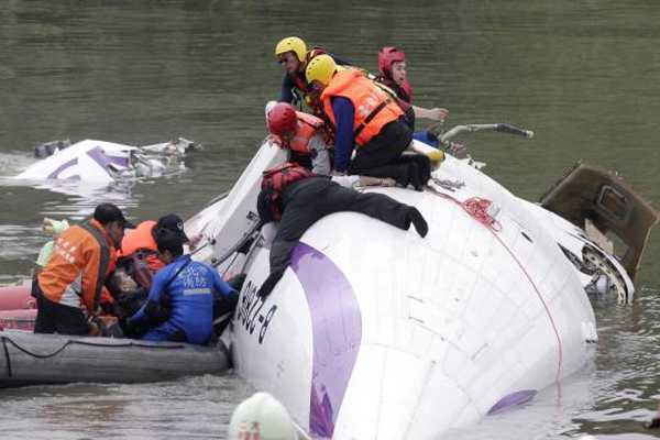 Se eleva número de muertos por accidente de avión que cayó a río en Taiwán