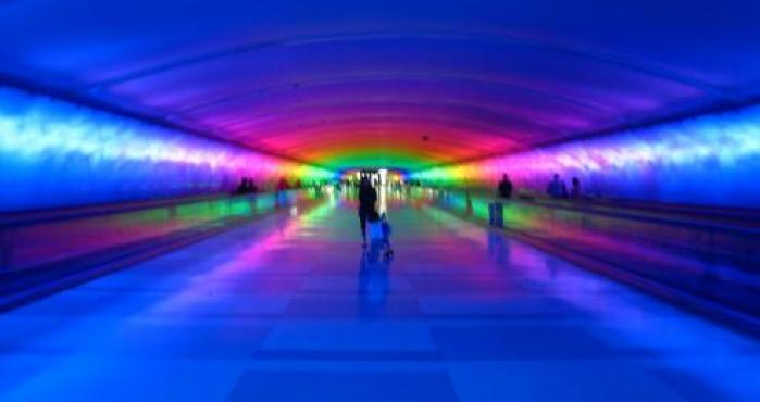 El túnel que cambia de color en aeropuerto de EU