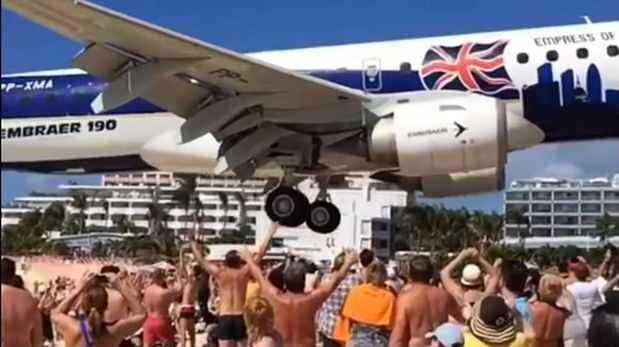 Avión voló a pocos metros de bañistas para aterrizar