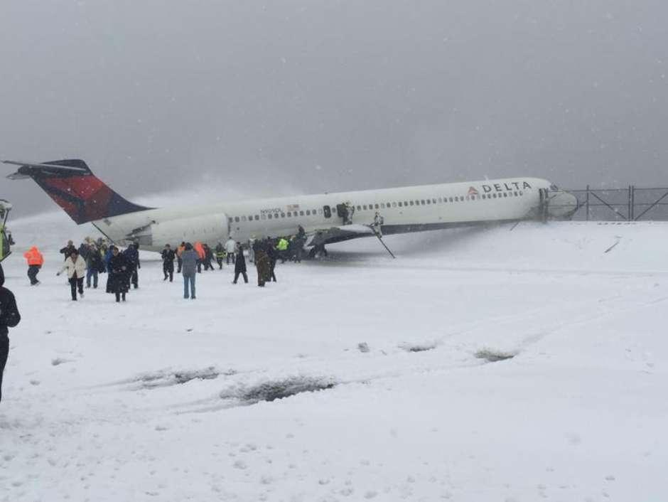 Avión se despista por nevada en aeropuerto LaGuardia de NY
