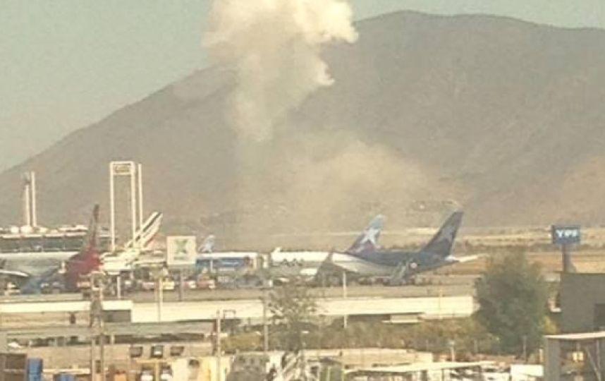 Gran columna de humo tras fuerte explosión en las cercanías del aeropuerto de Santiago