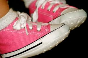 Madre fue detenida en aeropuerto por transportar droga en calcetines de su hija