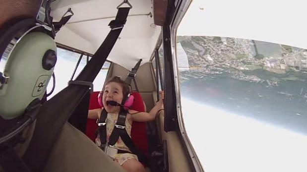 YouTube: niña de 4 años dio su primer vuelo en avión acrobático