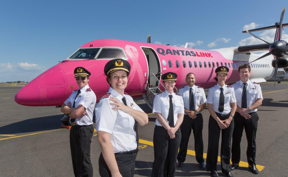 Pilotos de Qantas volarán con lazos rosados por el Mes Internacional del Cáncer de mama