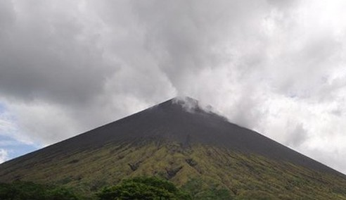 """Bali""""™s International Airport Closed after Mount Agung Spews Volcanic Ash"""