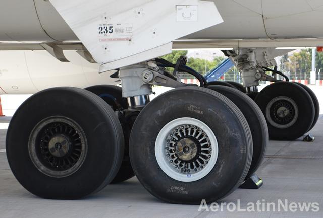Piloto de avión comercial logra tocar tierra sin su tren de aterrizaje