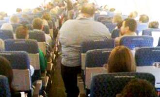 """Azafata reclama que pasajeros """"voluminosos"""" paguen 2 asientos"""