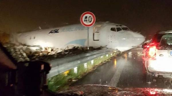 Italia: un avión se despistó y aterrizó en plena ruta