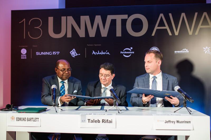 Ministro Bartlett firmó acuerdo para celebrar conferencia de la OMT en Jamaica