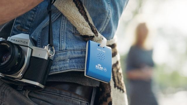 """KLM desarrolla el """"Care Tag"""", una etiqueta inteligente que cuida de sus viajeros en Ámsterdam"""