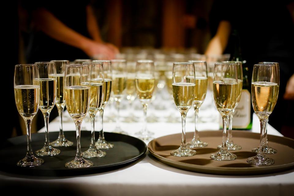 1600 personas demandan a una aerolínea por servir vino espumoso en vez de champán