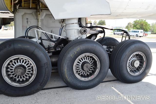 Llantas de avión estallan en pleno aterrizaje