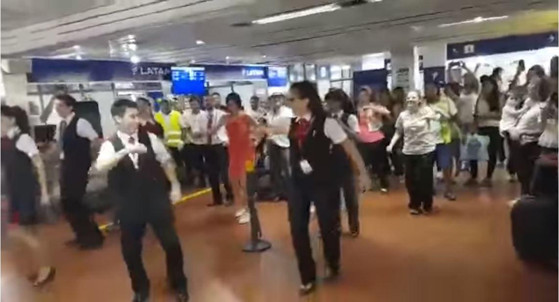 ¿Que es este extraño baile en el aeropuerto de San Juan?