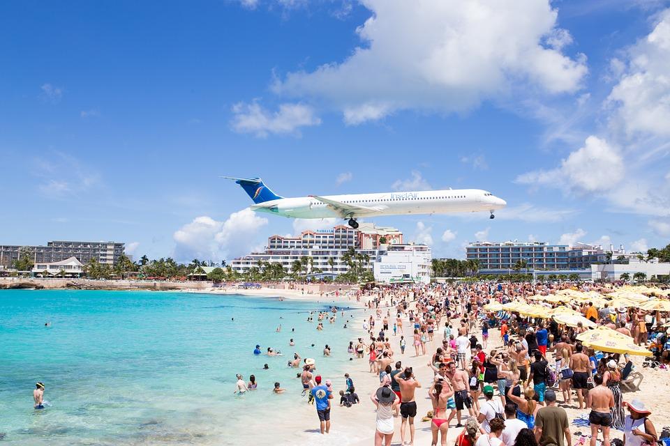 Una pareja realiza una peligrosa acrobacia ante un avión en fase de aterrizaje