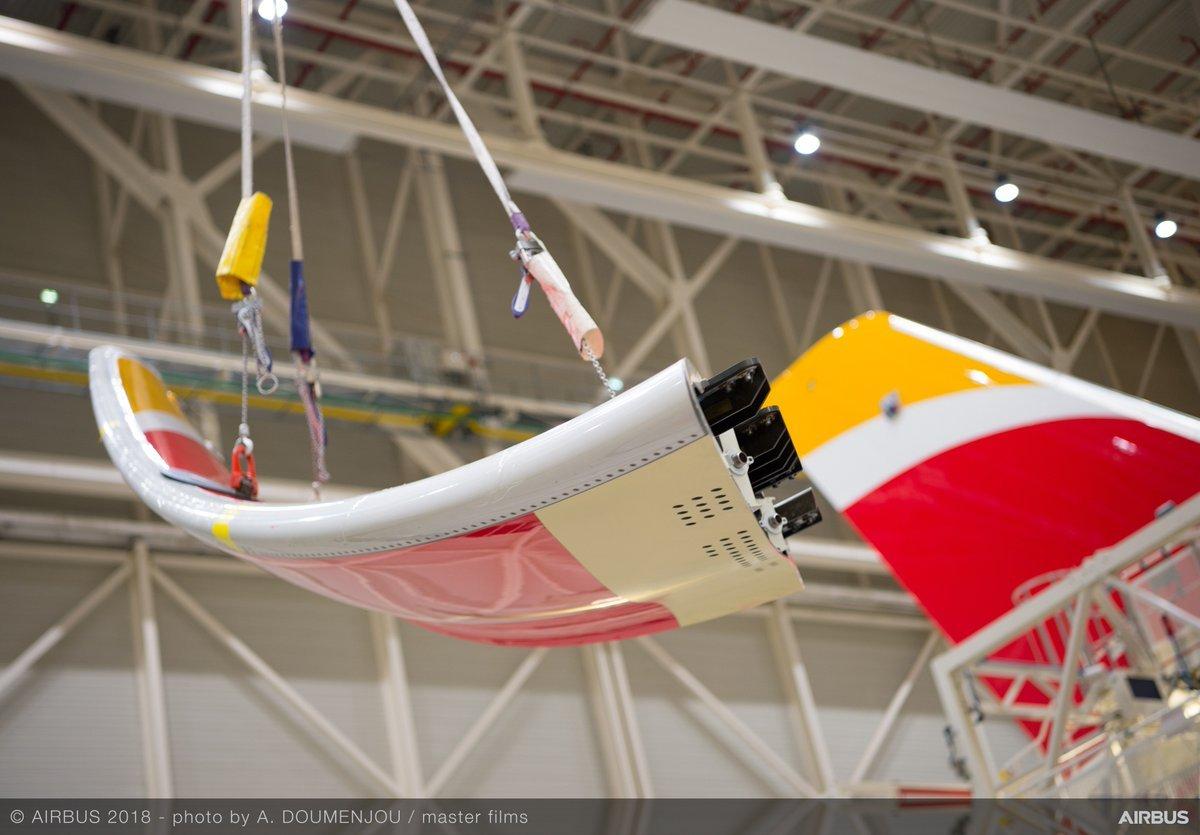 Ingenieros de Airbus instalan los Sharklets en el primer A350-900 de Iberia