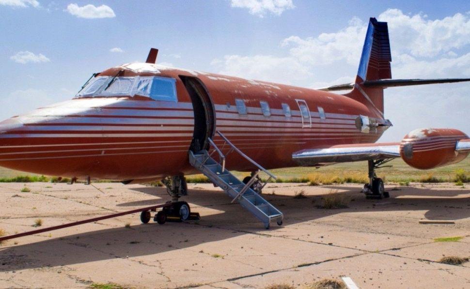 El avión de Elvis se oxida de soledad