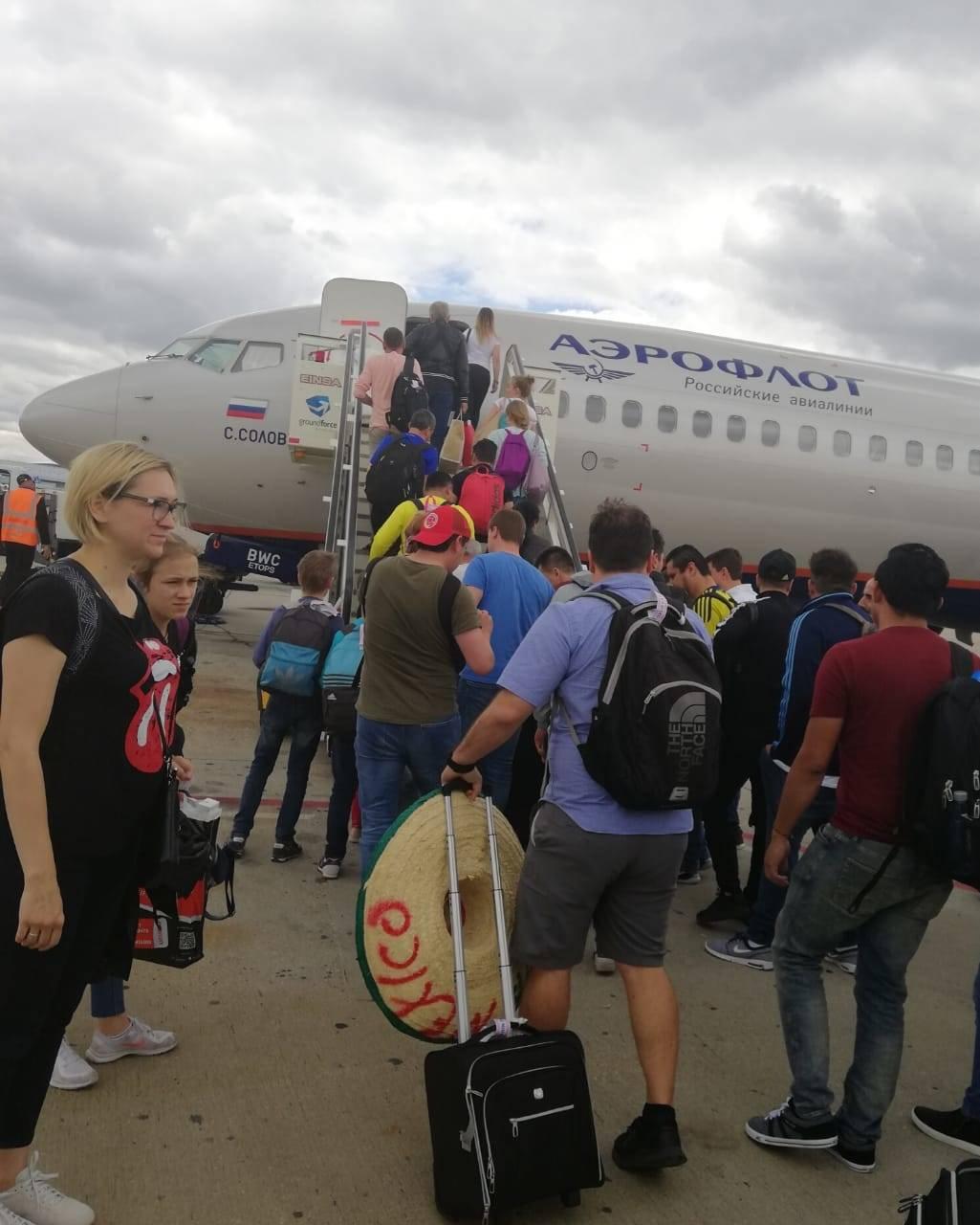 Así se vive la emoción dentro de un avión con latinos que viajan a Rusia