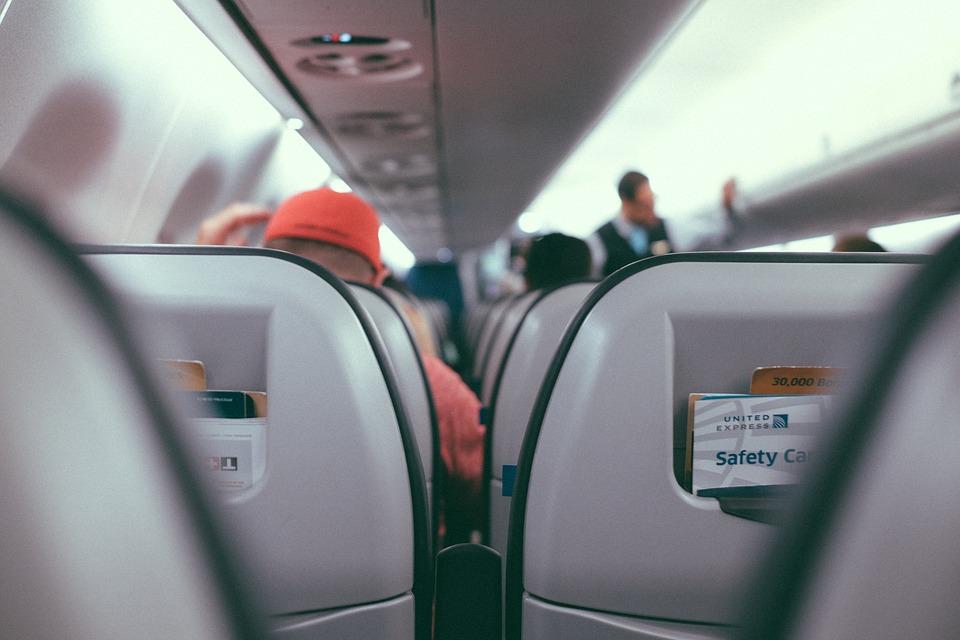 Mujer golpea a su novio en avión por mirar a las azafatas