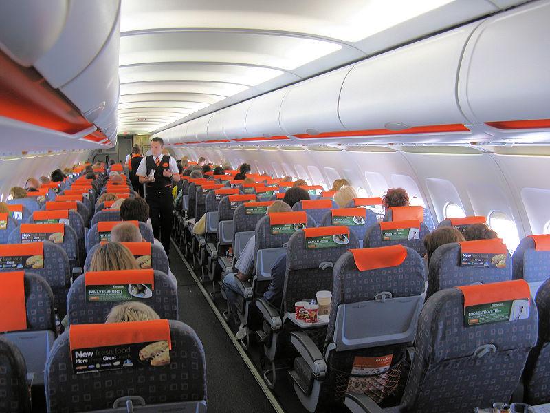 Easyjet: un pasajero se pone 15 camisetas encima para no pagar un extra de 105€