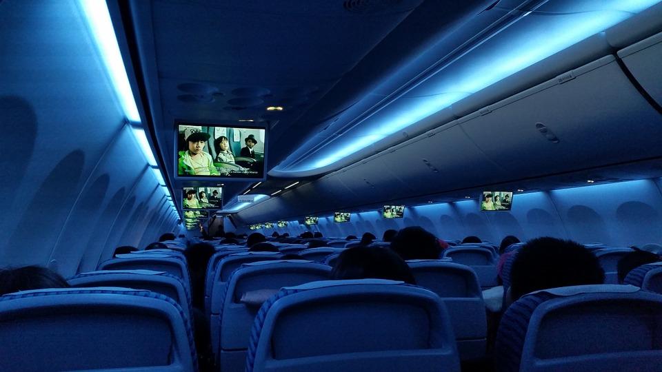 ¿Por qué apagan las luces de cabina de pasajeros durante el despegue y aterrizaje?