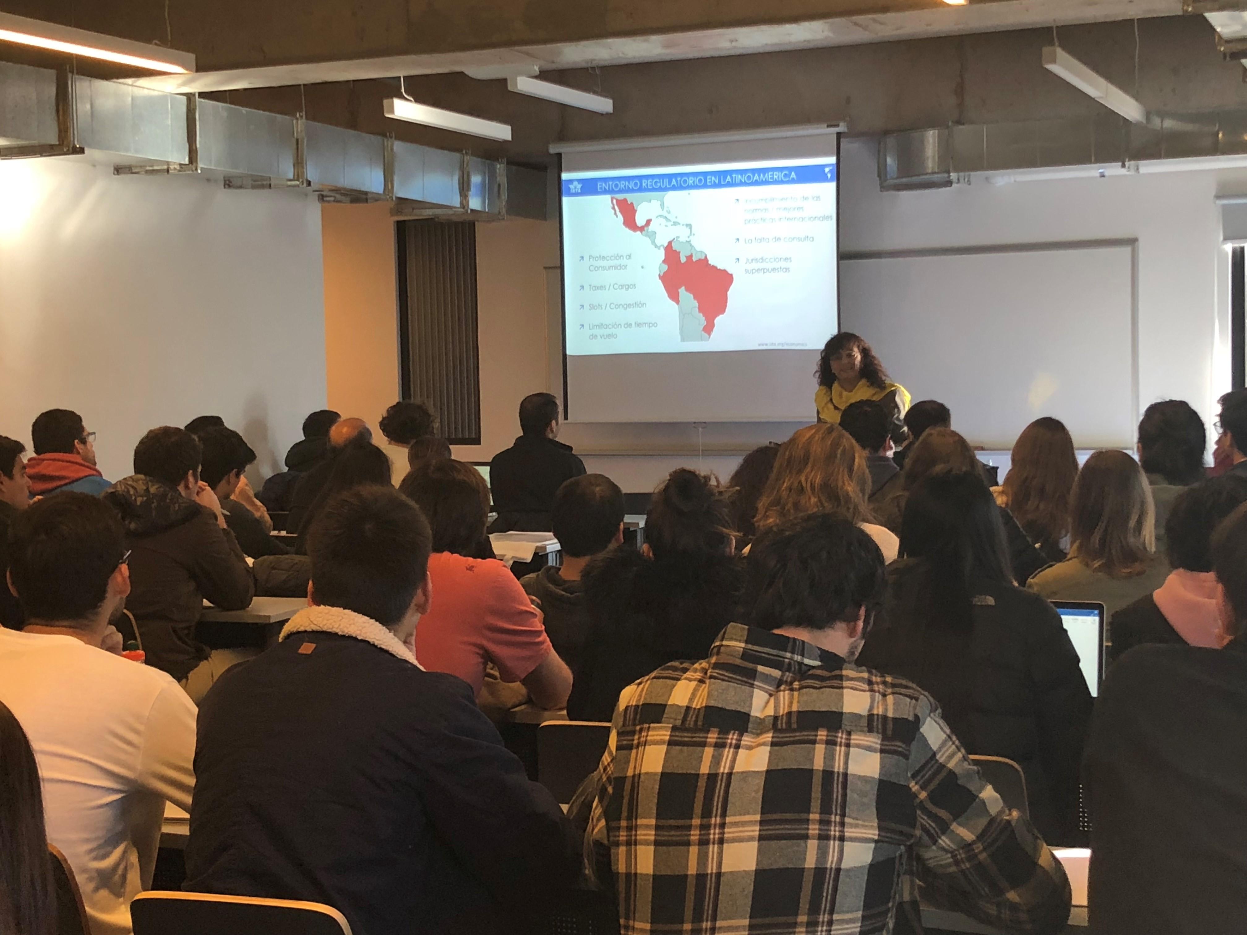 IATA Chile presenta importancia de la aviación ante estudiantes de prestigiosa universidad