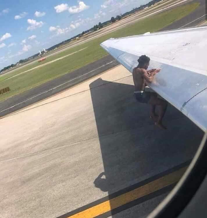 Facebook: ¿Hombre se cuelga de avión en pleno vuelo? Video sorprende a miles