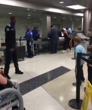 Oficial de seguridad en aeropuerto acepta el desafío de baile de un niño