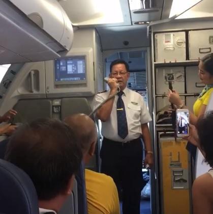 Este piloto emociona a todos con emotivo discurso en su último vuelo