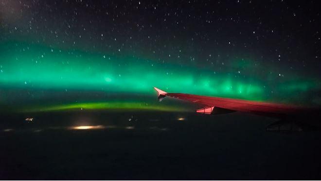 Después de este vídeo, solo querrás ver la aurora boreal desde un avión