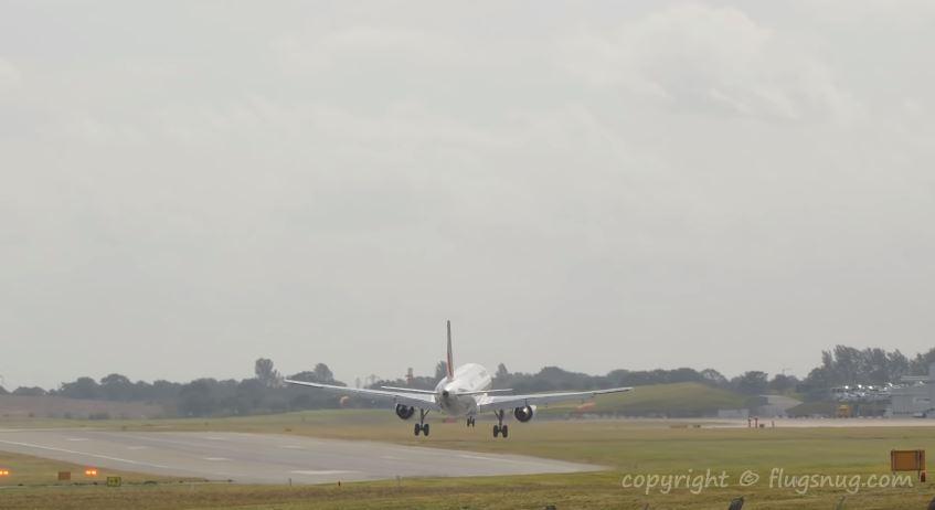 El momento en que un avión aborta el aterrizaje ante las fuertes rachas de viento
