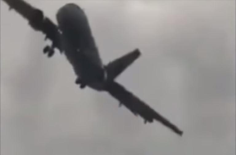 ¿Es real o ficción? Avión que hace maniobras para aterrizar impacta las redes