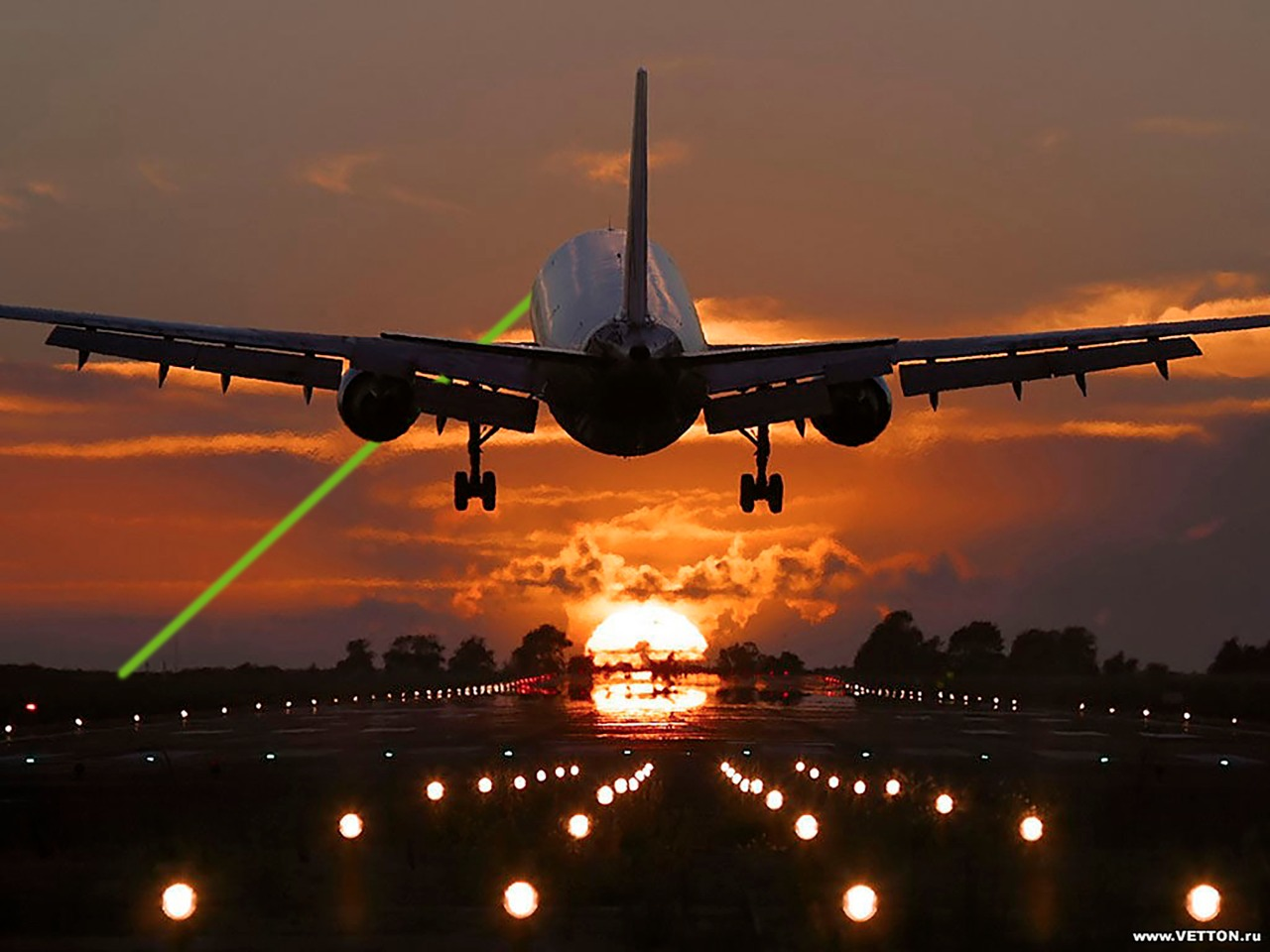 Rayo láser lastima a piloto de WestJet durante vuelo