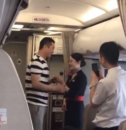 Le declaran matrimonio en vuelo y la despiden por «irresponsable»
