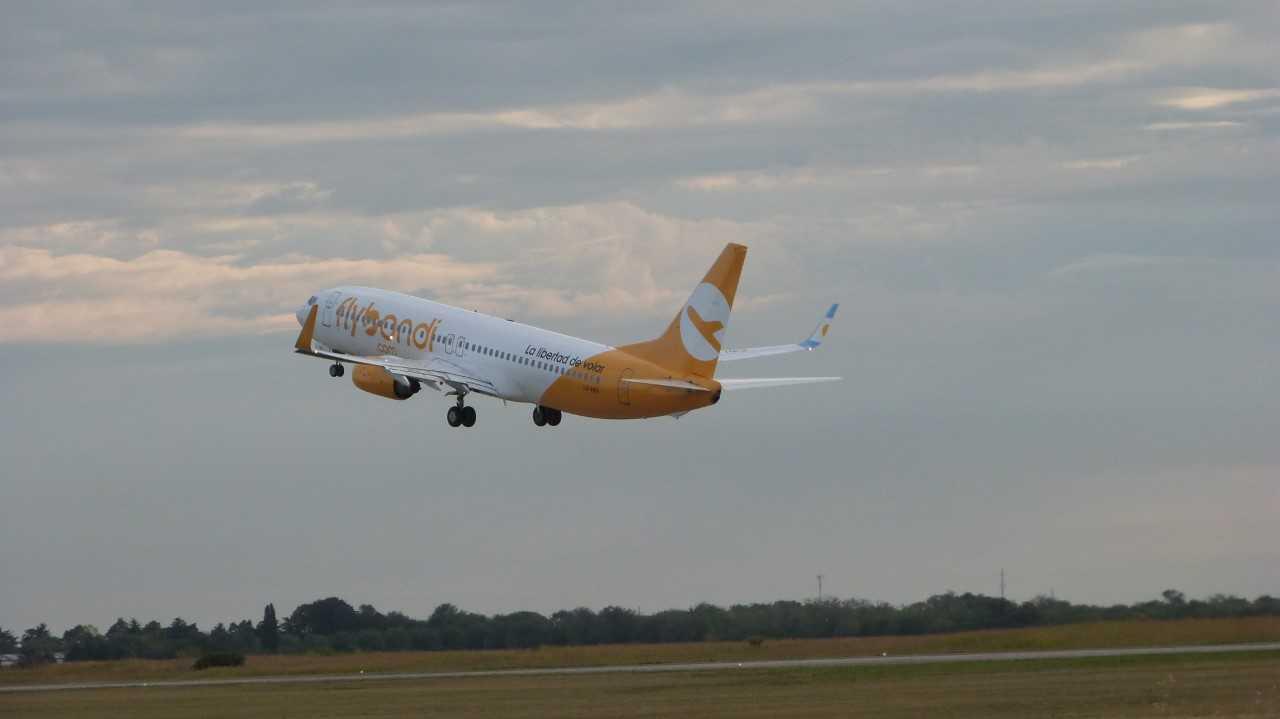 Flybondi pospone hasta septiembre el retorno de sus vuelos a Brasil