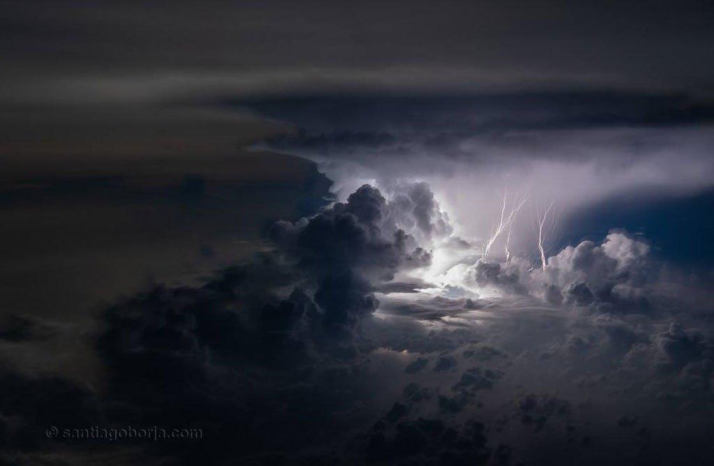 Las imponentes fotos de tormentas tomadas desde un avión por el piloto ecuatoriano Santiago Borja