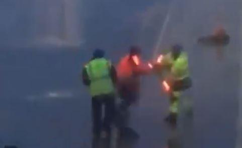 El viral donde tres trabajadores del aeropuerto se ponen a luchar al estilo 'Star Wars'