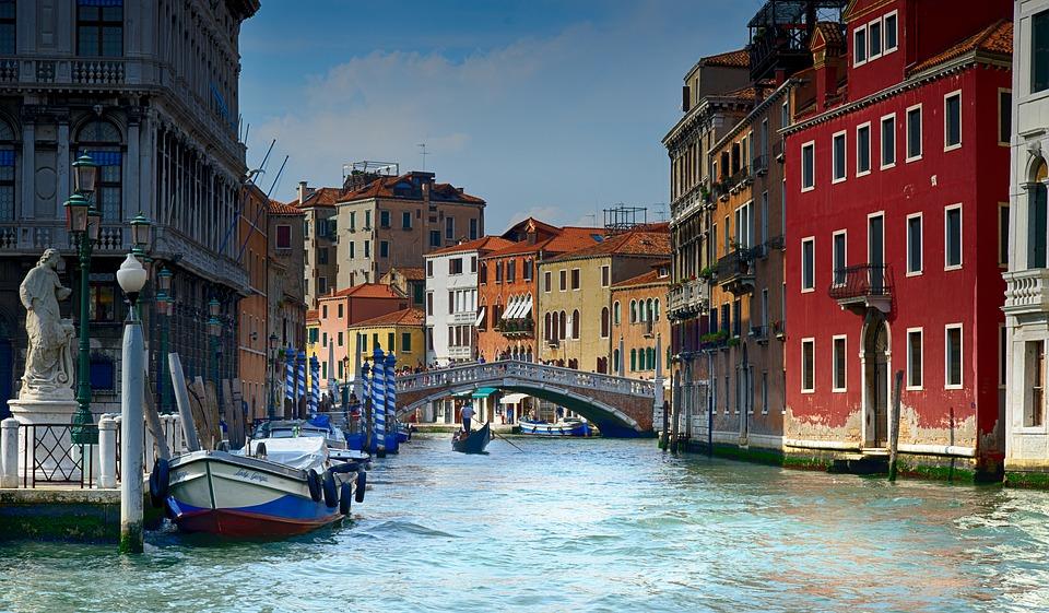 Turistas podrían ser multados con 585 dólares en Venecia por sentarse